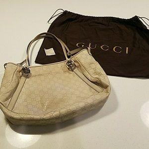 GUCCI Authentic cream leather shoulder bag.
